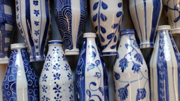 Botella de cerámica artesanal.