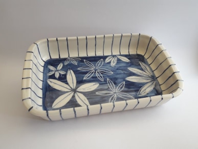 Fuente rectangular de cerámica artesanal.