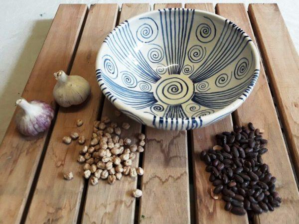 Fuente redonda grande de cerámica artesanal.