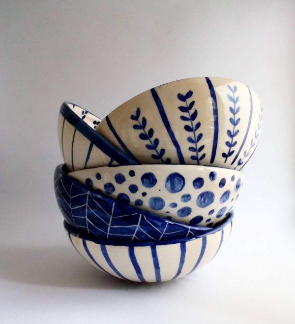 Fuente redonda mediana de cerámica artesanal.
